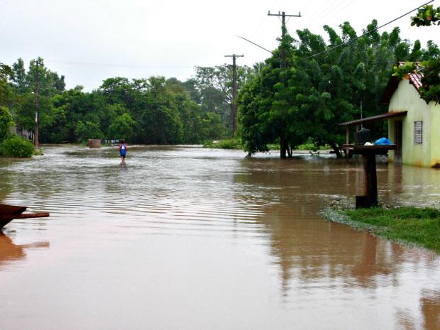 Com chuva, córrego que passa pelo município transbordou.  (Foto: Karô Produções / Divulgação)