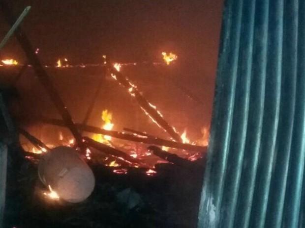 Incêndio ocorreu na noite de segunda-feira em loja localizada em Guiratinga (Foto: Diego Carolino dos Santos/ Arquivo pessoal)