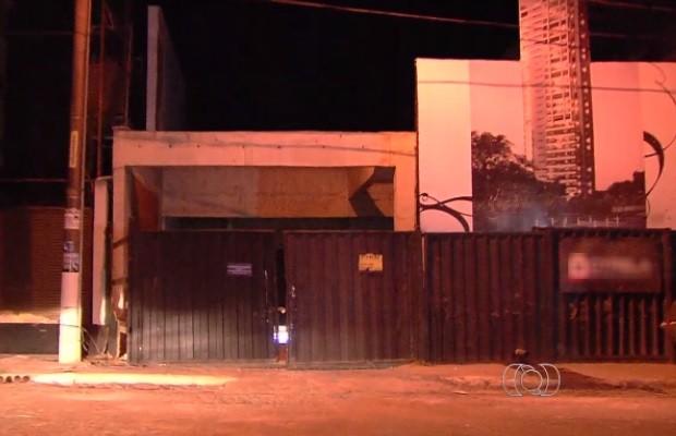 Suspeito de assalto invade prédio e morre em troca de tiros com PM em Goiânia, Goiás (Foto: Reprodução/TV Anhanguera)