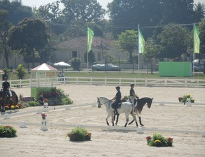 Cavaleiros fazem reconhecimento da arena onde serão realizadas as provas de adestramento e saltos do CCE (Foto: Thales Soaeres)