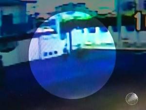 Câmera de segurança registra momento em que adolescente é baleada em Feira de Santana (Foto: Imagens/ TV Subaé)