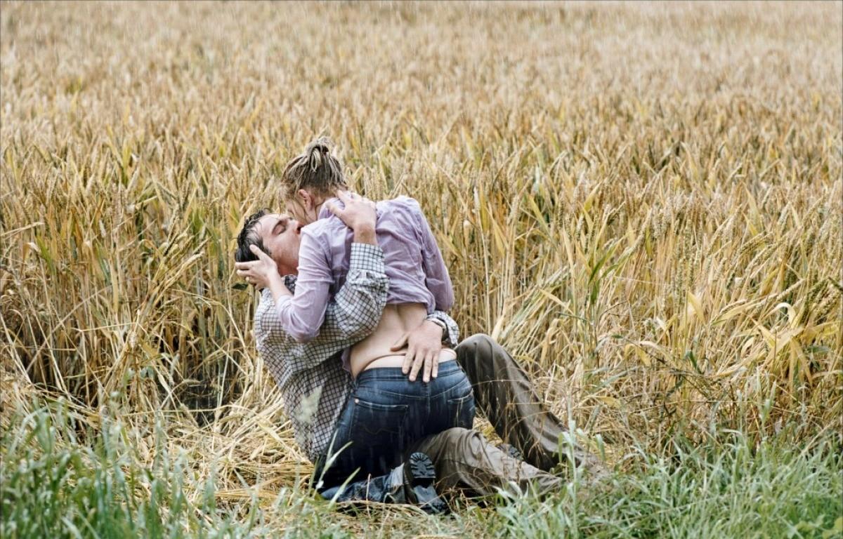 Sexo ao ar livre também é uma opção. Pelo menos, foi esta a escolha de Scarlett e Jonathan em 'Ponto Final: Match Point'. (Foto: Reprodução)