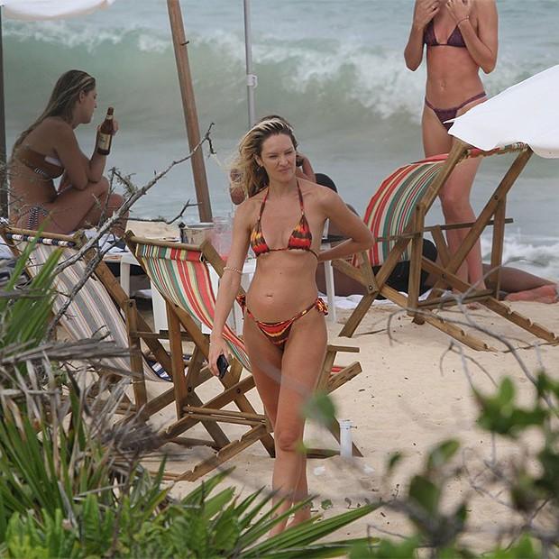 Candice Swanepoel na Praia de Caraiva no Trancoso na Bahia (Foto: AgNews)