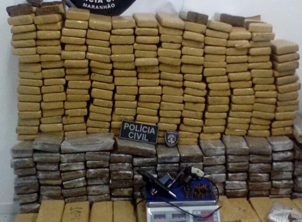 Mais de 500 quilos de maconha foram apreendidas na operação (Foto: Polícia Civil / Divulgação)
