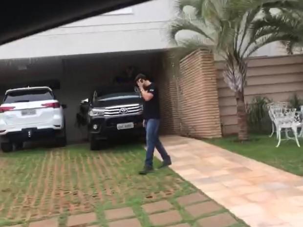 Agentes da PF cumpriram mandado de busca na casa de Walter Gomes (Foto: Polícia Federal/Divulgação)
