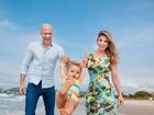 Fernando Scherer e Sheila Mello posam para ensaio fofo com a filha