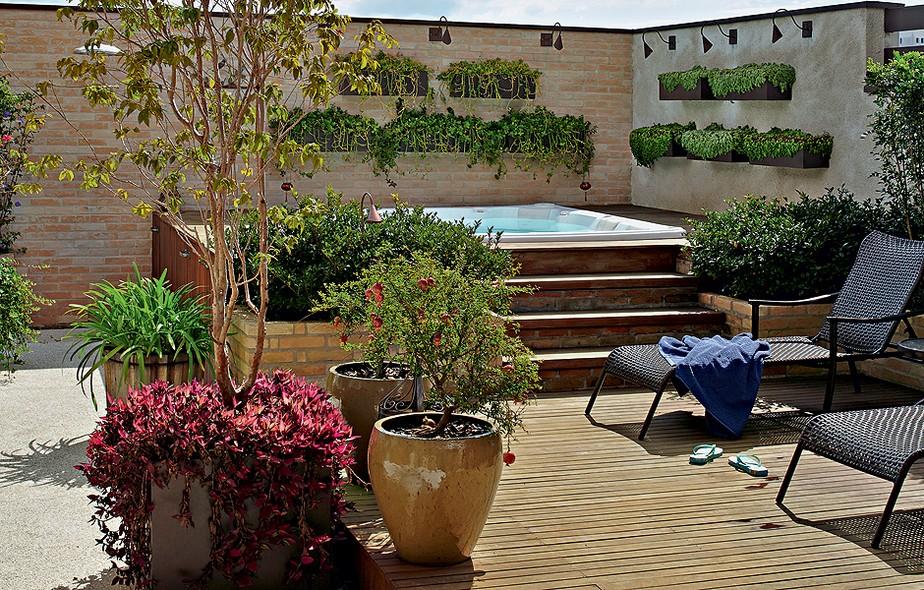 Os moradores desta cobertura pediram ao paisagista Odilon Claro clima de quintal. No spa, a hidromassagem foi instalada no deque de cumaru com jardineiras de tijolo aparente. No muro, caixas de aço galvanizado com rosinha-de-sol e brilhantina