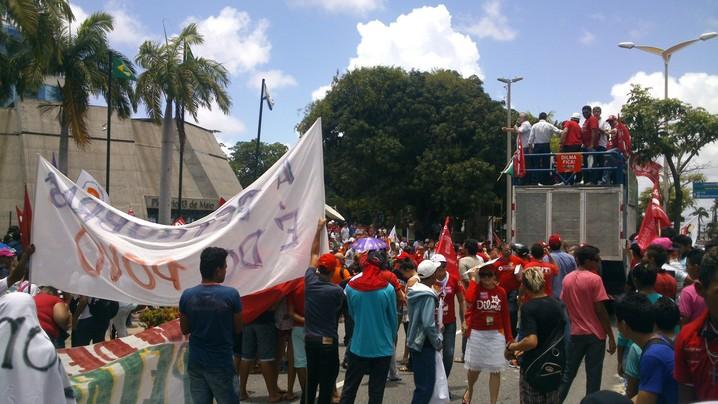 Manifestantes deixaram a Praça da Imprensa, em Fortaleza, às 10h50. Agora fecham parte da Avenida Desembargador Moreira, no Dionísio Torres. Eles estão em frente À Assembleia Legislativa.