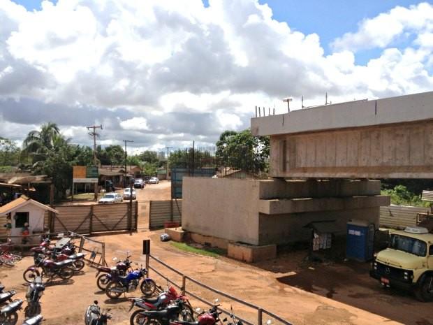 Ponte sobre Rio Madeira, em Porto Velho, falta ser concluída devido ao impasse de relocação das famílias do Bairro Balsa (Foto: Halex Frederic/G1)