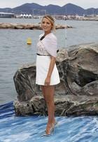 Blake Lively, grávida, posa com look comportado no Festival de Cannes