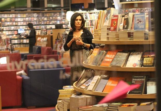Fátima aproveitou também para comprar livros (Foto: Daniel Delmiro/ Agnews)