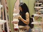 Mulher Moranguinho exibe barriguinha de grávida em shopping