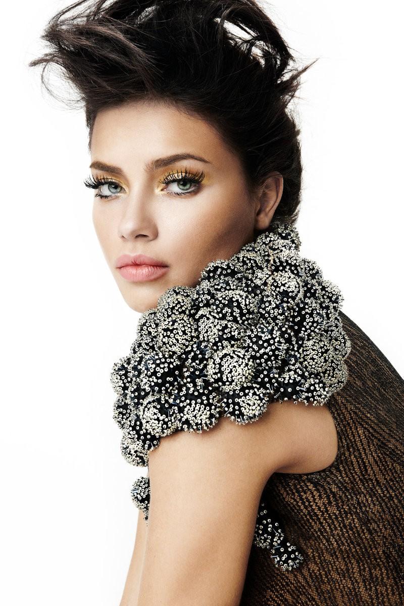 Adriana Lima em editorial da Vogue Brasil de fevereiro de 2012 (Foto: André Passos/ Arquivo Vogue Brasil)