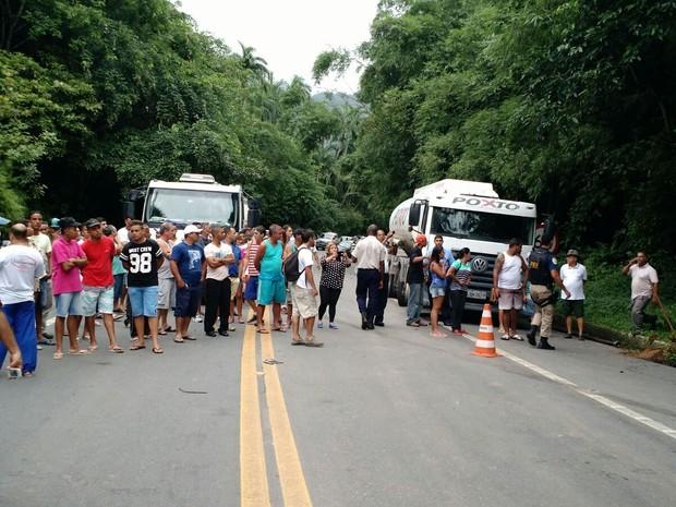 Acidente atraiu grande número de curiosos (Foto: Divulgação/PRF)