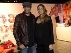 Luciano Szafir vai com a mulher grávida de 9 meses ao Fashion Rio