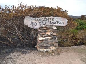 Placa indica local onde fica nascente do Rio São Francisco (Foto: Anna Lúcia Silva/G1)
