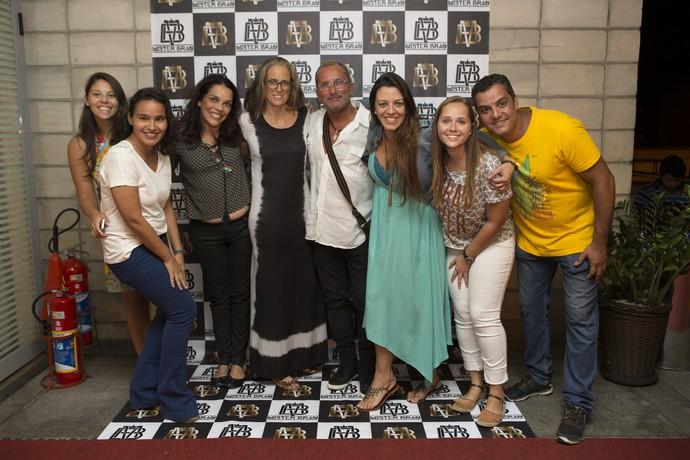 Equipe de produção de Mister Brau reunida na confraternização de primeiro capítulo (Foto: Ellen Soares/ Gshow)