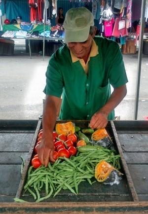O feirante de Mogi das Cruzes Paulo Candido, separa alimentos para doar ao fim de cada feira de domingo (Foto: Jamile Santana/ G1)