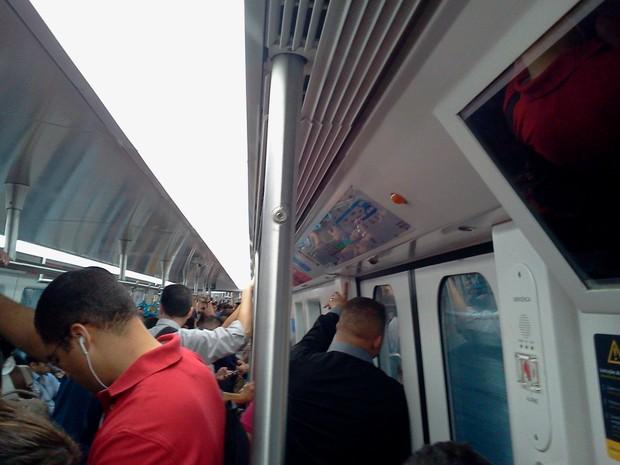Metrô Rio diminui tamanho do pega mão para monitor ser visto de todos os ângulos (Foto: Ulisses)