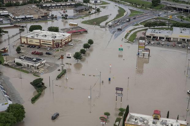 Imagem aérea mostra inundação em San Marcos, no Texas, neste domingo (24) (Foto: Rodolfo Gonzalez/Austin American-Statesman via AP)