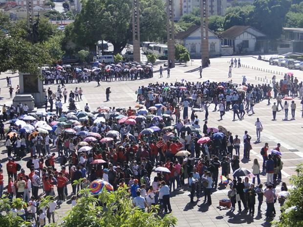 Manifestantes se reuniram na Praça da Estação, em Belo Horizonte. (Foto: Mikaela Salachenski/G1)