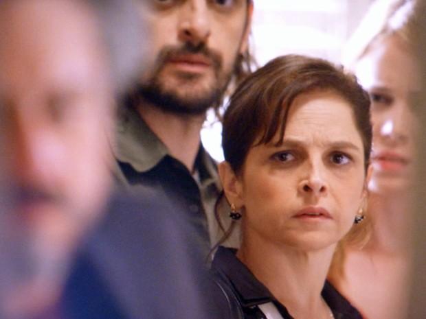 Cora, Jairo e Cristina também escutam a conversa (Foto: TV Globo)