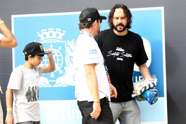 Gabriel O Pensador assiste com o filho ao Mundial de Surfe no Rio (Foto: Marcos Ferreira / Foto Rio News)