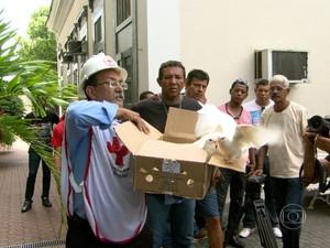 Voluntários da Cruz Vermelha soltam pombas brancas em homenagem ao cinegrafista  (Foto: Reprodução/ TV Globo)