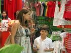 Nívea Stelmann leva 'filhos' para passear em tarde de shopping