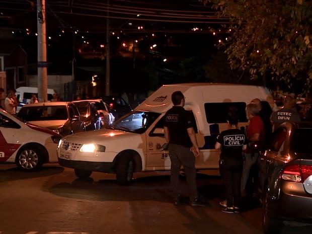 Vizinhos acompanharam a retirada dos corpos (Foto: José Braz/ EPTV)