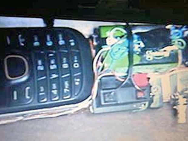 Explosivo seria acionado por um celular que estava amarrado ao artefato (Foto: Polícia Militar/Divulgação)