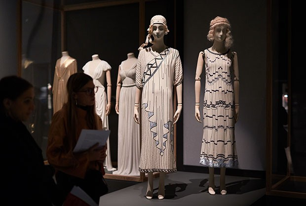 The drapery on ancient Greek statuary has influenced many designers, from Fortuny to Madame Grès to Karl Lagerfeld in his Crétoise (front left) and Casanova (front right) dresses for Chloé (Spring/Summer 1984) (Foto: MICHAEL BOWLES/GETTY IMAGES)