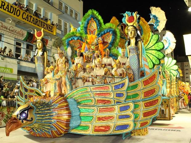 Unidos do Herval teve carro inspirado no Egito antigo (Foto: Alessandra de Barros/Portal Éder Luiz)