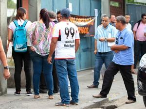 Fila na frente do Detran por causa da greve (Foto: Marlon Costa/Pernambuco Press)