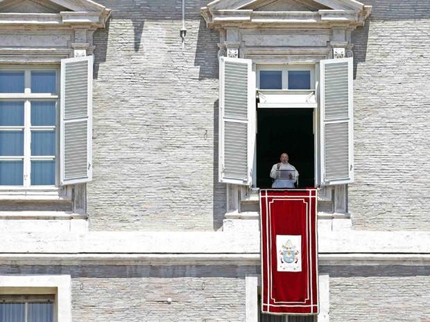 Papa Francisco da sacada do palácio pontifício durante a reza do Regina Coeli neste domingo (8) (Foto: REUTERS/Giampiero Sposito)
