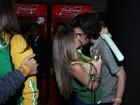 É gol! Fiuk troca beijos com loira após vitória do Brasil contra Camarões