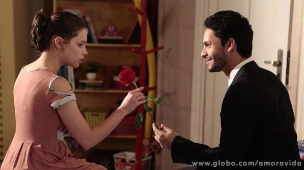 Rafael presenteia Linda com uma rosa vermelha (Foto: Pedro Curi/TV Globo)