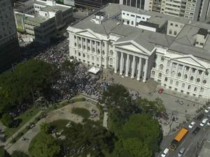 Um dos pontos de concentração dos servidores foi a Praça Santos Andrade (Foto: Reprodução/ RPC)