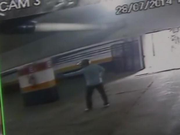 Suspeitos invadiram garagem de prédio em Santos, SP (Foto: Reprodução / TV Tribuna)