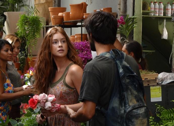 Vendedora de flores não diz para Jonatas o que está mexendo com ela (Foto: Gshow)
