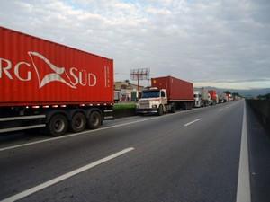 Fila de caminhões congestiona rodovia em Guarujá, SP (Foto: Divulgação/Sindisan)