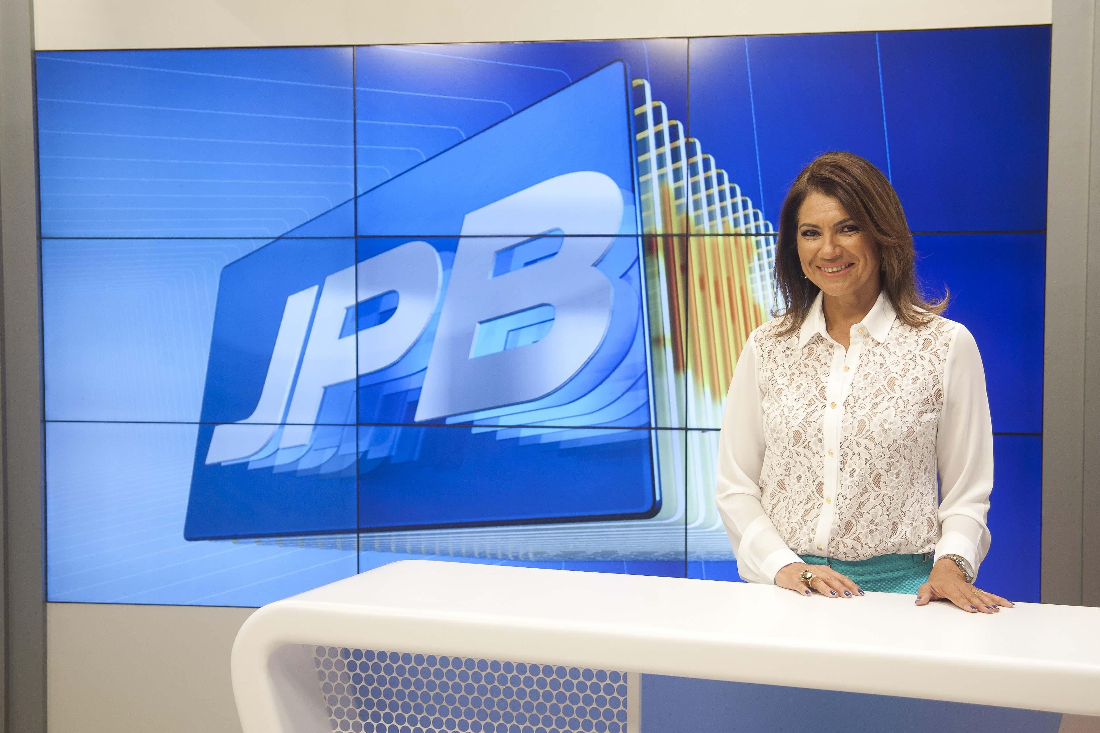 Edilane Araújo no novo cenário do JPB 2ª Edição (Foto: Felipe Gesteira/TV Cabo Branco)