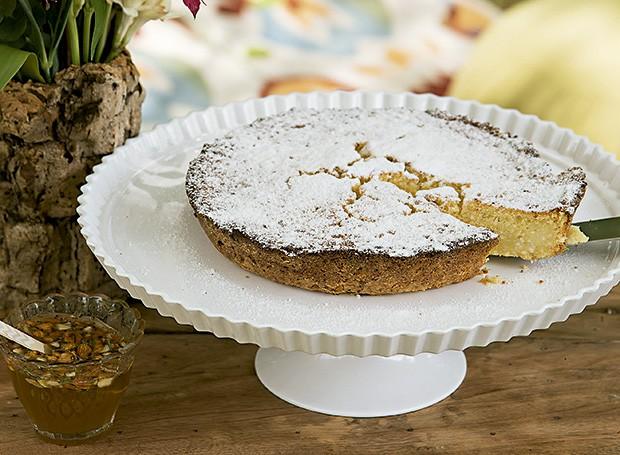 Torta de ricota com calda de amêndoas e mel (Foto: Cacá Bratke/Editora Globo)