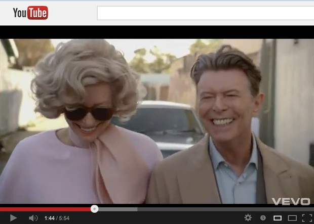 Atriz britânica Tilda Swinton e David Bowie no clipe de 'The stars (are out tonight)' (Foto: Reprodução/YouTube)
