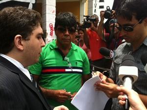 Advogado Francimar Dias Araújo da Silva recebe notificação sobre reintegração de posse da Câmara de Natal (Foto: Fernanda Zauli/G1)