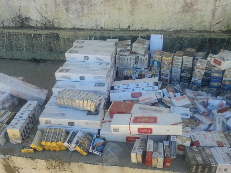 Parte dos maços de cigarros que seriam contrabandeados (Foto: Divulgação/ Polícia Militar)