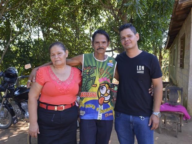 Os irmãos Suzi e Izaque com o filho de dona Susi que gravou o vídeo para o Rondônia TV (Foto: Franciele do Vale )