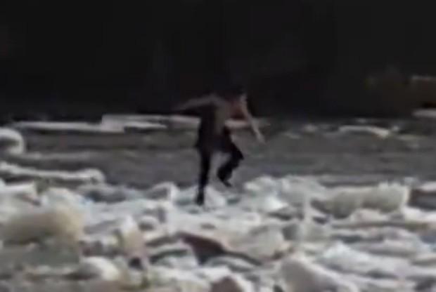 Rapaz chegou a escorregar e cair na água congelante, mas conseguiu se segurar e voltar para a margem (Foto: Reprodução)