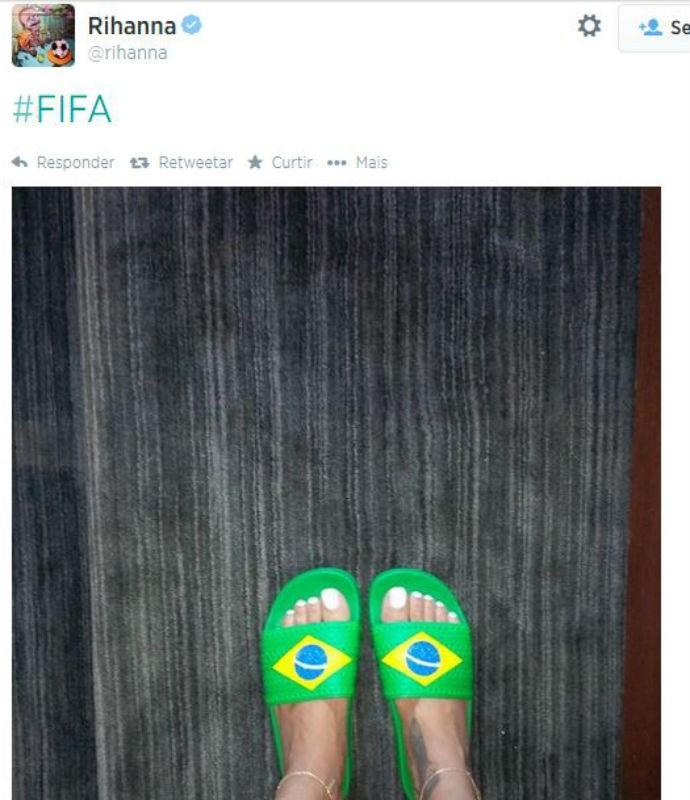 Rihanna com  o chinelo do Brasil