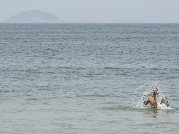 Robertão faz o sereio no mar de Copacabana (Foto: Inácio Moraes/Gshow)